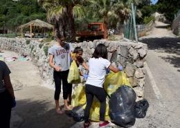 Učenici skupljaju otpad na kopnu